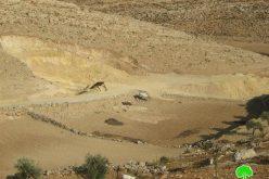 سلطات الاحتلال تصادر حفاراً وتخطر عدداً من المساكن بالهدم خربة أم لصفة شرق يطا
