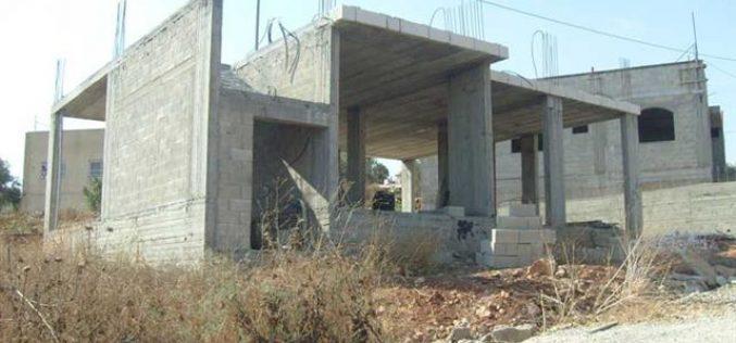 إخطار عدداً من المنشآت الفلسطينية بوقف البناء في قرية يتما