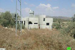 اخطارات اسرائيلية بوقف العمل و البناء في عدد من المنشات الفلسطينية في قرية حارس