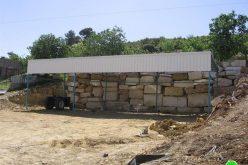 إخطارات لإزالة بركس وحاوية ( كونتينر)  حديدية في بيت أمر شمال الخليل