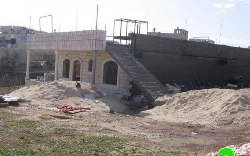 إخطارات بوقف العمل وأخرى بالهدم في بلدة بني نعيم شرق الخليل