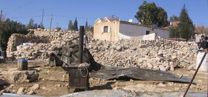 """هدم منزل فلسطيني والشروع بتوسيع مستعمرة """" كرمئيل """"الإسرائيلية على أراضي أم الخير — يطا"""