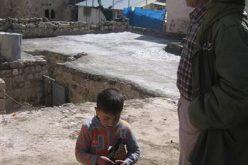 مستعمرون يخربون سطح منزل في البلدة القديمة من الخليل