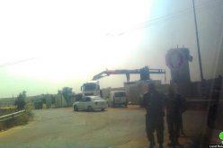 الاحتلال يوسع حاجز قرب بلدة بيت عوا غرب الخليل