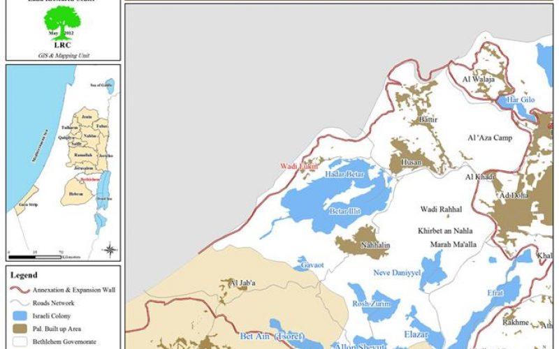 إخطار بوقف العمل و البناء لمنزلين سكنيين وبركس في قرية واد فوكين