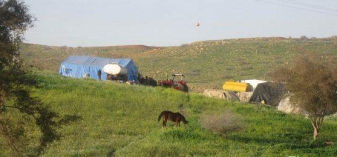 اخطار عائلتين بدويتين بوقف البناء في الأغوار الشمالية