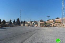 الاحتلال الإسرائيلي يعيد إغلاق طريق نابلس – رام الله القديمة بالمكعبات والسواتر الترابية
