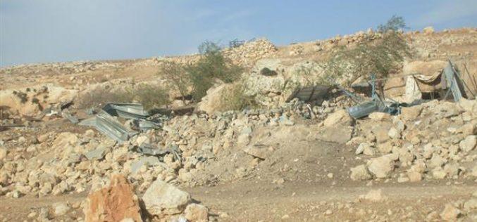 Demolishing a house and four barns in Fasayil el-Wusta