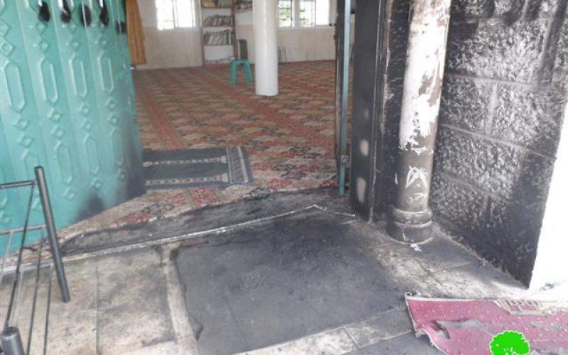 """مستعمرو"""" دفع الثمن """" يحرقون مدخل مسجد علي بن أبي طالب في بلدة ديرستيا / محافظة سلفيت"""