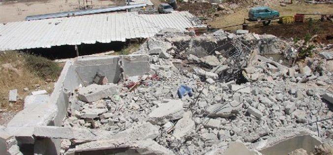 الاحتلال يهدم منزلاً وبئر مياه في خلة الشرباتي شرق الخليل