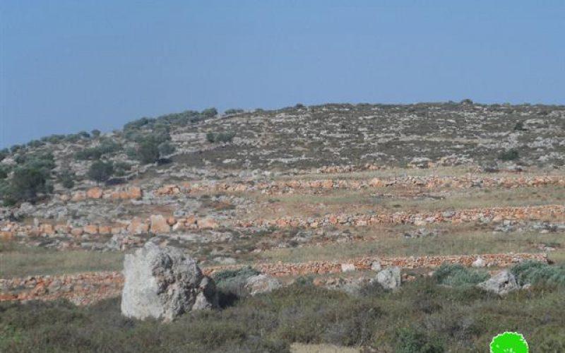 إخطار بوقف البناء لبئر ماء وجدران استنادية في قرية قصرة