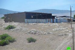 إخطار بوقف البناء لسبع بركسات زراعية في قرية بردلة / محافظة طوباس