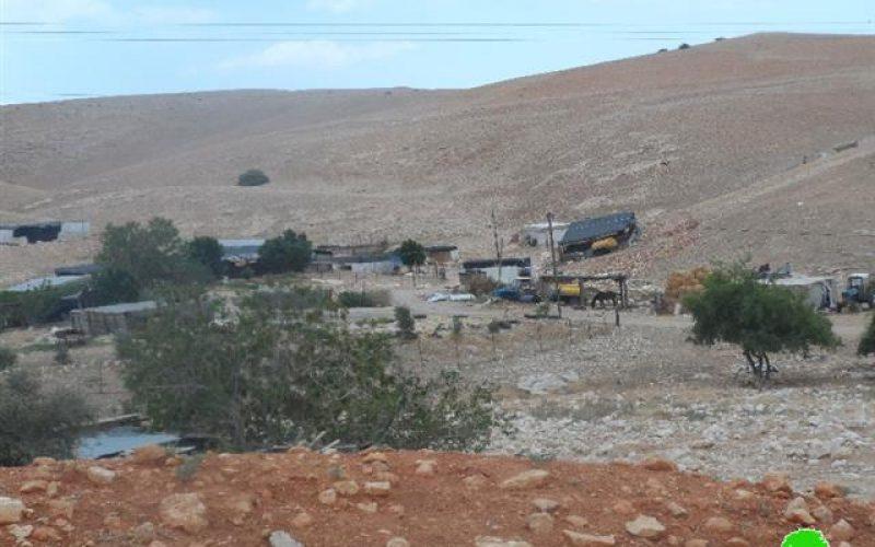 لجنة التفتيش الفرعية تسلم عائلتين من خربة الرأس الأحمر إخطارات بوقف البناء