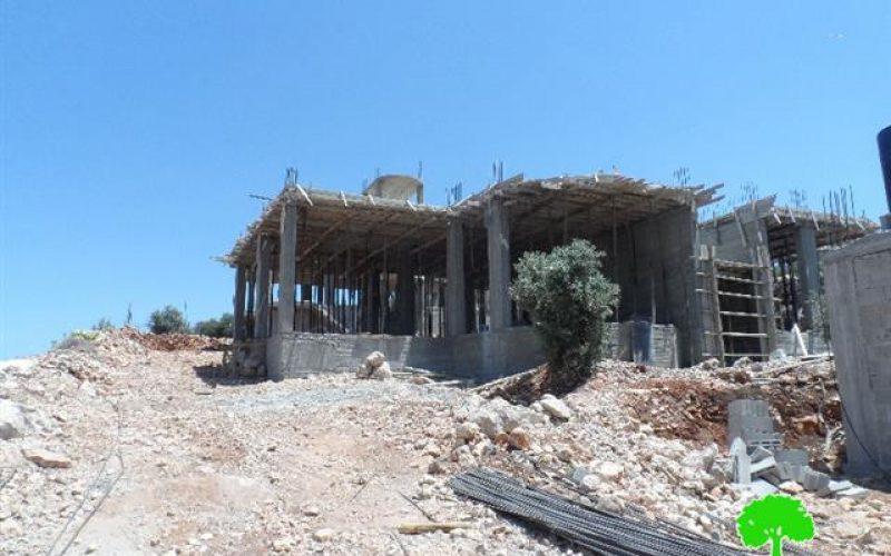 إخطارات بوقف العمل والبناء لثلاثة مساكن في قرية نحالين