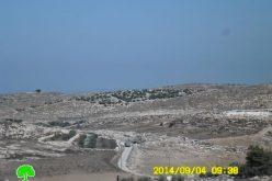 الاحتلال يغلق طرقاً زراعية غرب بلدة إذنا بمحافظة الخليل