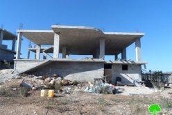 الاحتلال يستهدف منطقة الشيوخ العروب بتوزيع إخطارات جديدة