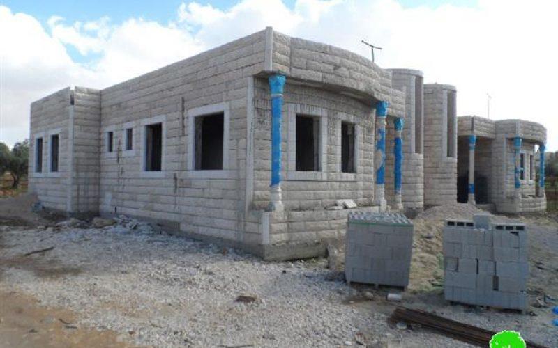 إخطارات بوقف العمل في مسكنين بمنطقة الدوير ببلدة يطا