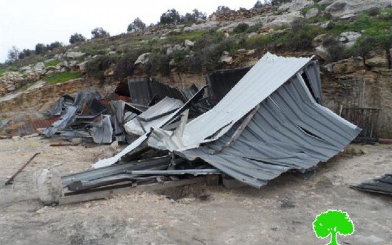 الاحتلال يهدم بركسين زراعيين في بلدة إذنا / محافظة الخليل