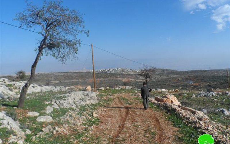 توزيع إخطارات جديدة استهدفت آبار مياه جمع و شبكة كهرباء في قرية قصرة / محافظة نابلس