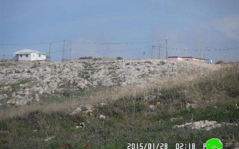 مستعمرون متطرفون يخطون شعارات تحريضية على جدران حاووز المياه في قرية عصيرة القبلية
