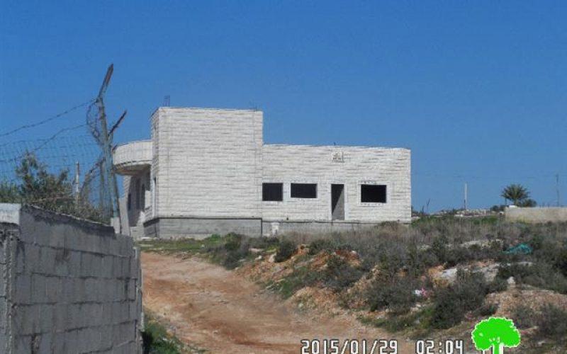 إخطار 12 مسكناً بوقف البناء في قرية خربثا بني حارث / محافظة رام الله