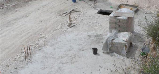 إخطارات بوقف العمل في مسكنين ومنشأة زراعية وبئر في قرية الكوم غرب الخليل