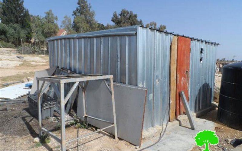 إخطارات بوقف العمل في مساكن المواطنين في خربة أم الخير شرق يطا