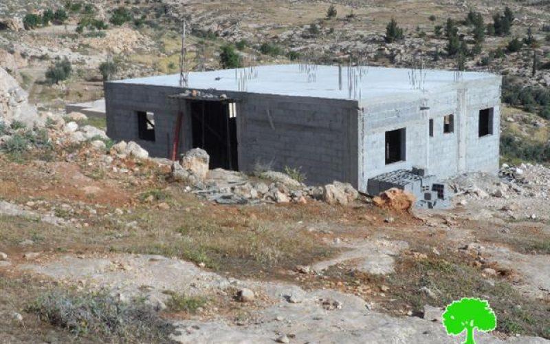 الاحتلال يخطر بوقف العمل في منزل بقرية الرفاعية شرق بلدة يطا