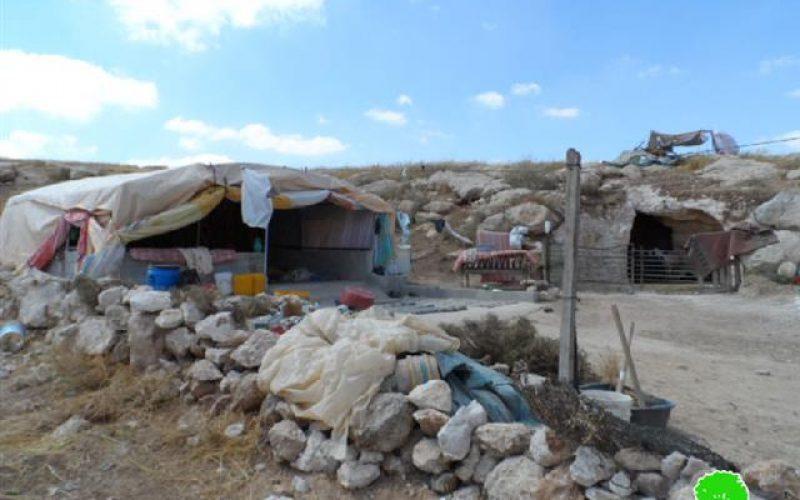 اخطار بوقف العمل في خيمة للسكن وكهف شرق يطا