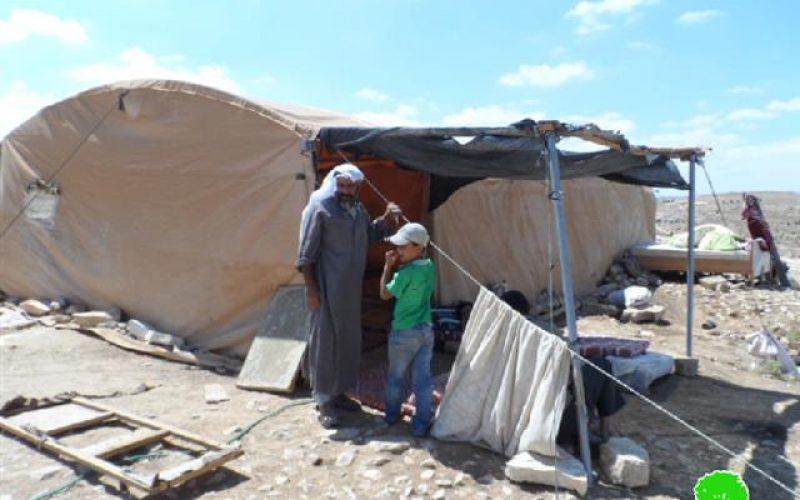 اخطار بوقف العمل في خيمتين للسكن بخربة المفقرة شرق يطا
