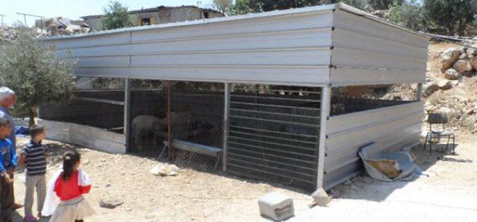إخطارات بوقف العمل في منزلين وبركس زراعي في قرية الرفاعية – بلدة يطا