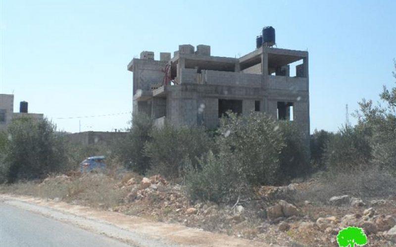 الاحتلال الاسرائيلي يخطر منزلين بوقف البناء في خربة أم المراجم في قرية نابلس
