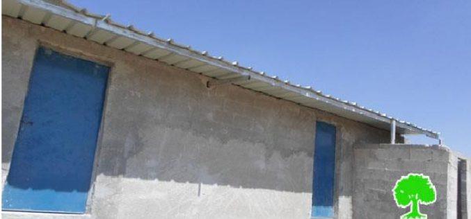 إخطار بوقف العمل في غرفة سكنية بخربة بير الغوانمة بمسافر يطا