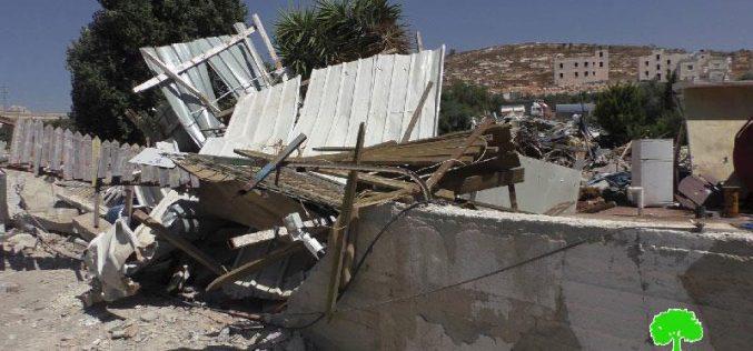 جرافات الاحتلال التابعة للإدارة المدنية تهدم منشآت تجارية في حي واد الدم الواقع في بيت حنينا بحجة عدم الترخيص