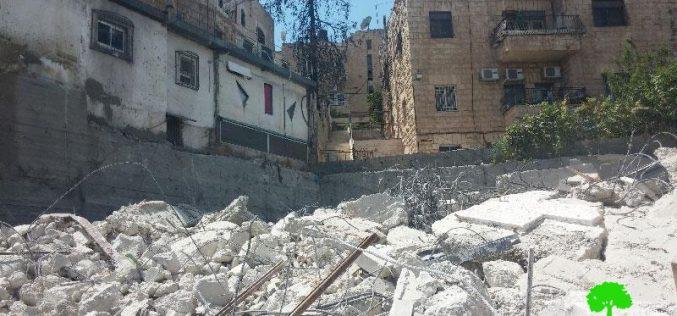 جرافات بلدية الاحتلال تهدم مبنى مكون من 3 طوابق في حي واد الجوز بالقدس المحتلة بحجة عدم الترخيص