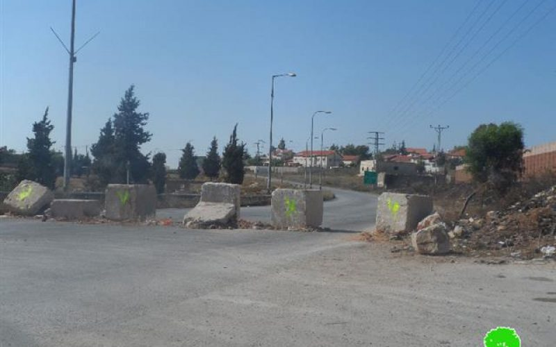 The Israeli occupation shuts down the entrance of Deir Nezam village and the Nablus-Ramallah road