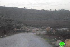 إغلاق مدخل قرية المغير شمال شرق مدينة رام الله