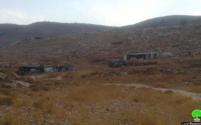 تسليم عائلتين في خربة الحديدية اخطارات بوقف البناء لمساكنهم وحظائرهم