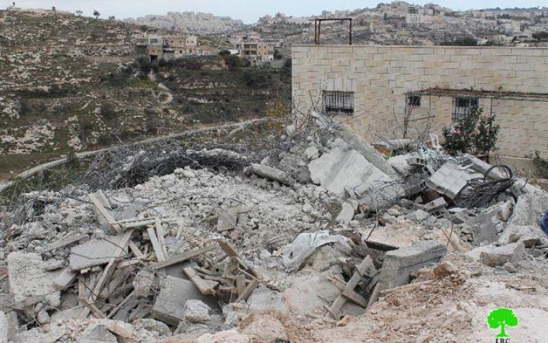 تحت ذريعة عدم الترخيص, بلدية الاحتلال تهدم بناية سكنية في منطقة وادي الحمص في قرية صور باهر