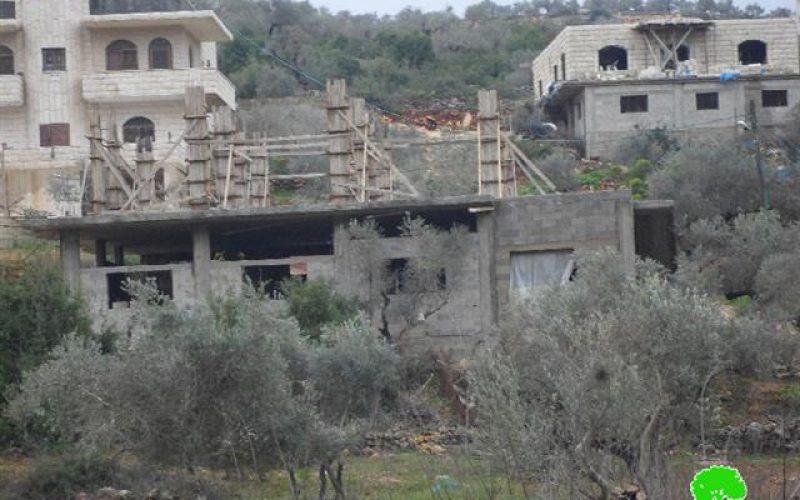 الاحتلال الاسرائيلي يخطر بوقف البناء لمنزلين في قرية يتما جنوب نابلس