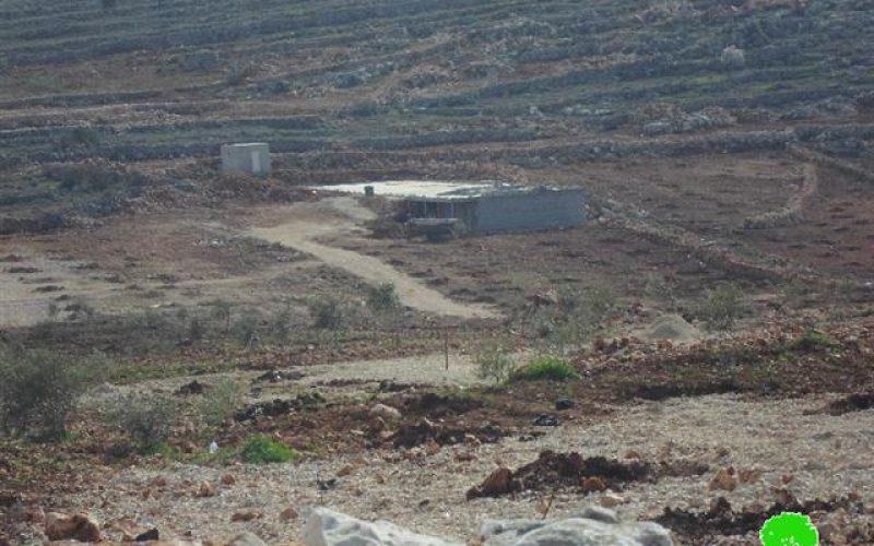 إخطار بهدم  طريق زراعي ووقف البناء لبركة مياه وغرف زراعية في قرية قصرة