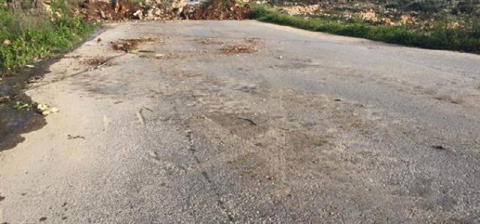 Israeli Occupation Forces seal off the entrance of Hejjeh village