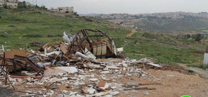 The Israeli occupation municipality demolishes a mobile house in the Jerusalem neighborhood  of Al-Ashqariya