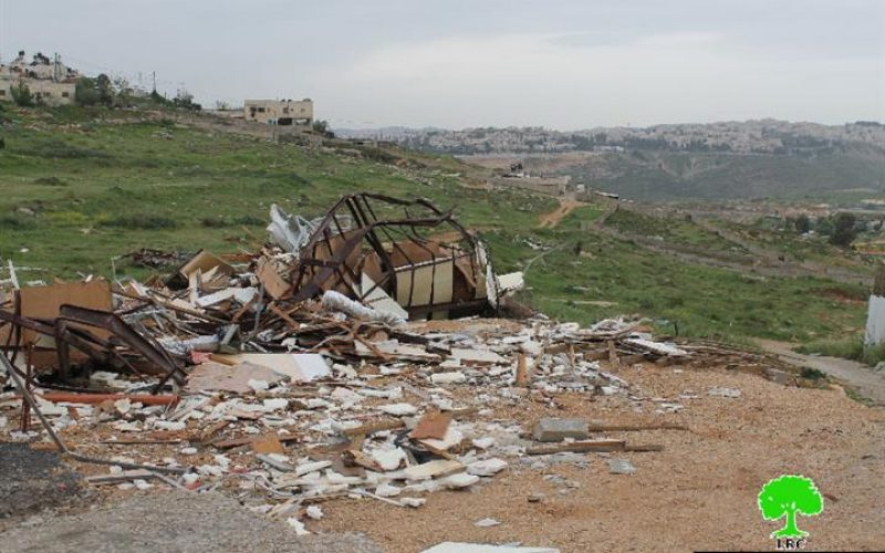 The Israeli occupation municipality demolishes a mobile house in the Jerusalem neighborhood  of Al-Ashqariya