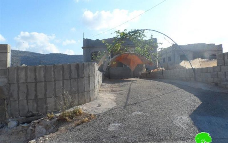 إخطارات جديدة لوقف العمل والبناء في منشآت سكنية في قرية العقبة بمحافظة طوباس