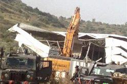 جيش الاحتلال الاسرائيلي يهدم بركسات زراعية غرب قرية دير الغصون