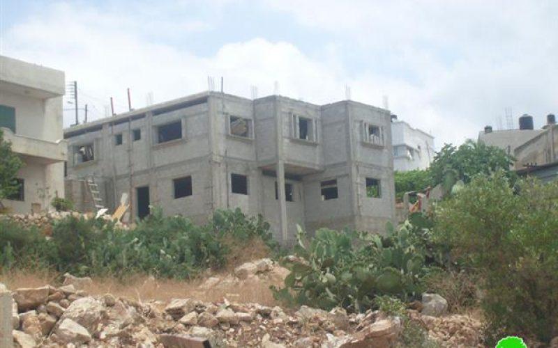 سلطات الاحتلال الاسرائيلي تخطر عدداً  من المنشآت بوقف البناء في قرية دير بلوط