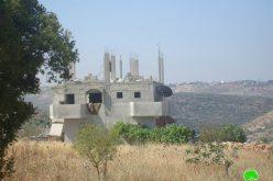 الاحتلال الإسرائيلي يخطر منزلين في قرية حارس بالهدم