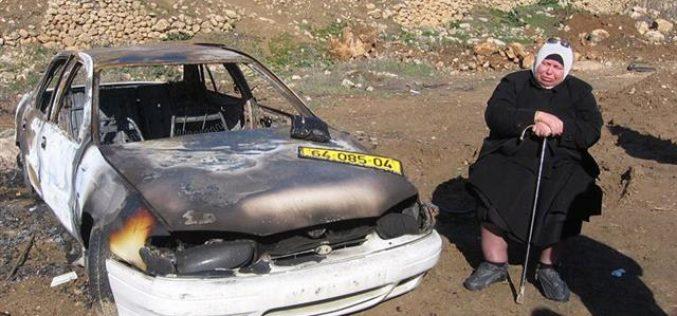 مستعمرون يحرقون سيارة مواطنة في تل الرميدة – محافظة الخليل