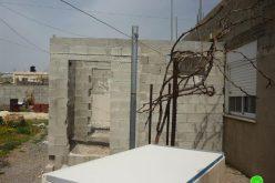 بلدية الاحتلال تُرغم عائلة فراح على هدم مسكنها